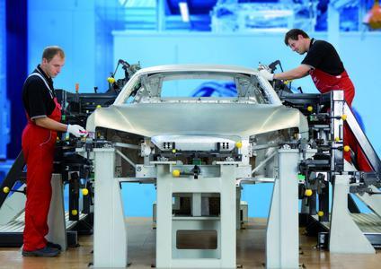 Im Neckarsulmer Audi-Werk wird der rassige Sportwagen R8 von Hand gefertigt