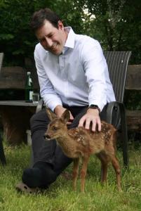 David Schmidt mit einem Rehkitz in der Wildtierstation