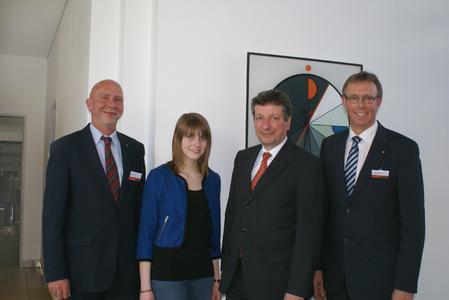 Celine Brinkmann (2.v.l.) wird im September ihre Ausbildung zur Industriekauffrau beginnen. Ihr und 45 weiteren jungen Menschen gratulierten Vorstandssprecher Dr. Peter Köhler (3.v.l.), Dr. Jürgen Ober (l.) und Dr. Eberhard Niggemann (r.) zum Start in einen neuen Lebensabschnitt