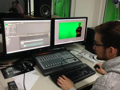 Die Kaiserslauterer Elektrotechniker nutzen ein eigenes Studio für ihre Videos. Im Bild: Matthias Tammen beim Videoschnitt / Foto: AG Wehn
