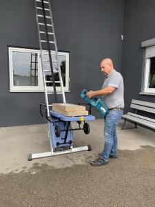 Der Geschäftsführer der Fliesen Schaller GmbH, Christof Schaller, ist überzeugt von den Vorteilen des GEDA AkkuLeiterLIFTs (Bildquelle: GEDA-Dechentreiter GmbH & Co. KG)