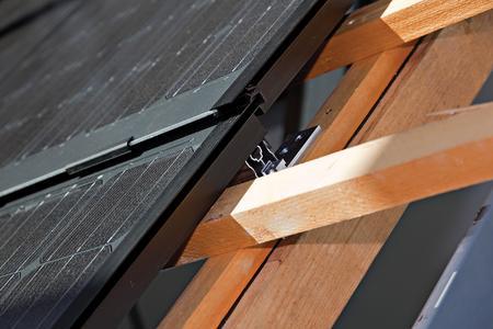 Beim SOLARWATT Easy-In System wird der Modulrahmen mit Sogsicherungen direkt an die Dachlattung verschraubt / Das spart Material, Kosten und halbiert die Montagezeit