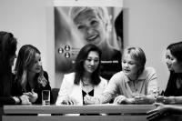 """Mitte rechts: Charlotte Stilwell: """"Patienten und Patientinnen auf der ganzen Welt brauchen mehr Frauen, die sich in der Implantologie engagieren, und Zahnärztinnen brauchen die Kraft und Unterstützung, die WIN bietet."""" ITI Präsidentin und WIN Founding Member"""