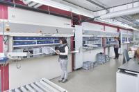 Im Kommissionierlager werden an acht Rotomat® Lagerliften parallel Teile für die gesamte Produktion bereitgestellt.