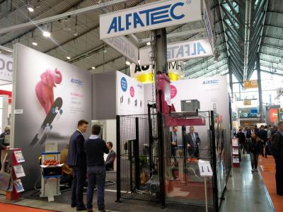 Erfolgreiche Messetage für Alfatec auf der LogiMAT 2017. Im Fokus: Der Palettenheber. Foto: ALFATEC GmbH Fördersysteme