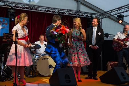 Ingo Kraupa bedankt sich bei Kirsten Meier, Marketingleiterin bei noris network, für die Organisation der Party (Bildquelle: noris network)
