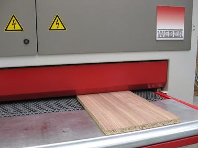 The CONTACT® wood sanding belt guarantees high precision in the grinding process / Photo: HANS WEBER Maschinenfabrik