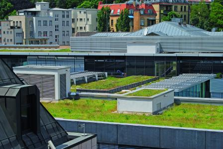 In urban centres, the system build-up for the urban climate roof provides for an increased cooling of the ambient temperature thanks to a maximum evaporation capacity.
