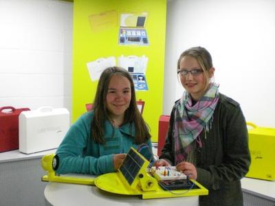 Girls' Day 2012 bei IKS Photovoltaik: Mit dem PV-Trainingssystem Solartrainer junior konnten Julia Demmig und Antonia Fegelein nach Herzenslust experimentieren