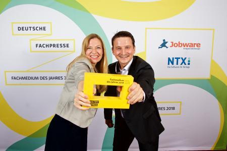 """Julia Moßner und Markus Dalke von """"Industry of Things"""" freuen sich über die Auszeichnung in der Kategorie """"Beste Neugründung"""" / Bild: Sascha Radke"""