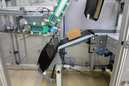 Automatic infeed station for goods distribution