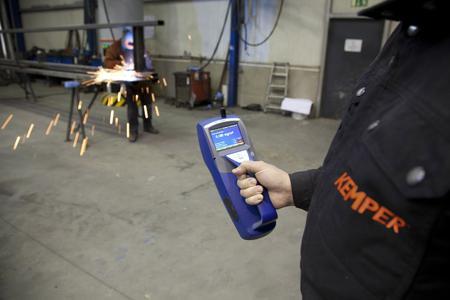 Schadstoffmessung in der Praxis: Um die Konzentration von Feinstäuben in der Luft zu kontrollieren, nimmt KEMPER in metallverarbeitenden Betrieben eine Vorher-Nachher-Prüfung vor. Diese ist Bestandteil der verpflichtenden Wirksamkeitsprüfung von Maßnahmen zur Luftreinhaltung an Schweißplätzen.