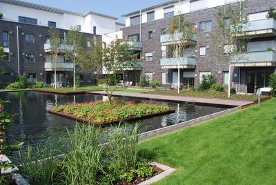 Die Bewohner erfreuen sich an den Wohlfühlwirkungen von Wasser und Grün