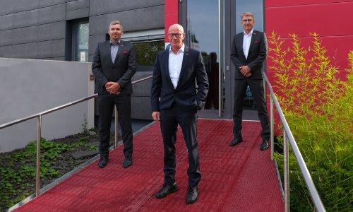 Ein starkes Team für den Norden von Deutschland. DACH-Vertriebsleiter Stefan Sönchen begrüßt Key Account Manager Torsten Lau und Ge-bietsverkaufsleiter Roman Luboch im Team (v. l. n. r.)