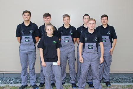 Die neuen Auszubildenden auf dem Schkeuditzer Werksgelände von BITZER