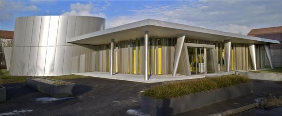 Wie aus einem Guss: Boden und Wand sind mit Caparol Disbon 447 in Gelb beschichtet. Foto: Caparol Farben Lacke Bautenschutz/Martin Duckek