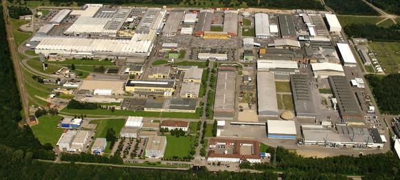 Ein Standort mit Tradition: Bereits seit 1939 wird in Ranshofen Aluminium erzeugt. Die Hammerer Aluminium Industrie GmbH (HAI) führt diese Tradition auf einer Teilfläche des riesigen Areals fort und bietet ihren Kunden in den drei Bereichen Gießerei, Profilherstellung und Profilbearbeitung umfassende Dienstleistungen aus einer Hand