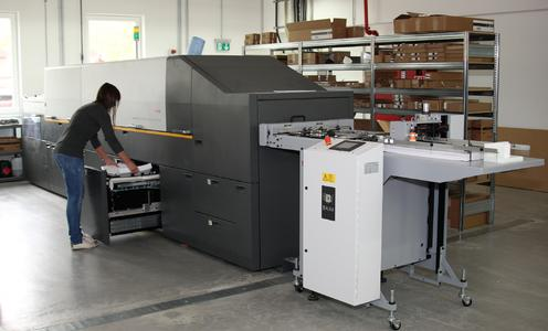 Die KODAK NEXPRESS SX3300 Digitaldruckmaschine ergänzt bei der Häuser KG den Offsetdruck-Maschinenpark. Sie wird für die Kleinauflagenproduktion und spezielle Druckeffekte eingesetzt
