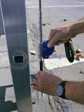Das mobile Auffanggerät wird über einen Federverschluss eingehängt.