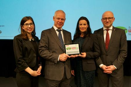 Gregorius W. Keja, Geschäftsführer und CFO der Volvo Group Trucks Central Europe GmbH (2.v.l. mit weiteren Kollegen von Volvo Group Trucks) nahm die Auszeichnung entgegen