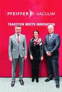 Manfred Bender, Vorstandsvorsitzender der Pfeiffer Vacuum Technology AG, PD Dr. med. Daniela Münzel und Dieter Rühl, Dr. Erich Pfeiffer-Stiftung