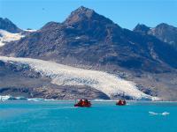 Mit Motorbooten brechen Hauser-Gäste zum kalbenden Knud-Rasmussen-Gletscher auf, benannt nach Grönlands berühmten Polarforscher / Bildnachweis: Hauser Exkursionen/Anja Schillinger