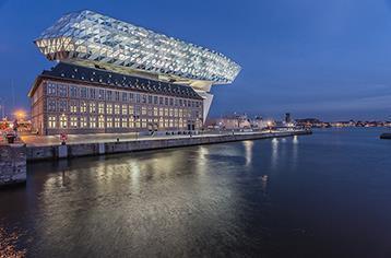 Eine gemeinsam von Architekten, Fassadenplanern und Schüco entwickelte Sonderkonstruktion der Fassade gibt dem Neubau seine spezifische Form und Oberfläche / Bildnachweis: Schüco International KG