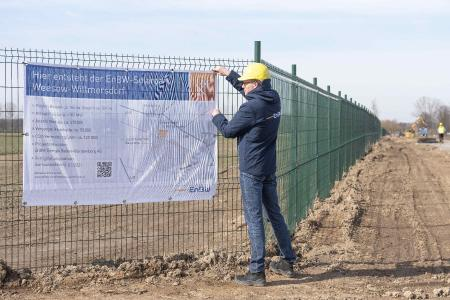 Ein Bauschild am Zaun des Solarparks infomiert über die Eckdaten des Projekts / Bilder EnBW / Fotograf Karl Lehmann