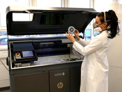 Bauteile wie die Fußorthese (Mitte) werden am SKZ mittels MJF-Verfahren gefertigt und bereits während des Druckprozesses eingefärbt / FOTO: SKZ