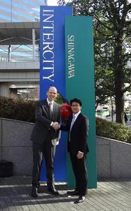 フェルディナンド・シュパナン代表取締役(左)と中野徹セールス・マネージャー(右)