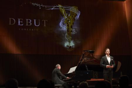 Volle Konzentration beim Liedvortrag: Dániel Foki aus Ungarn gewann gleich zwei Preise ©DEBUT Concerts GmbH/ Fotograf Ludwig Olah