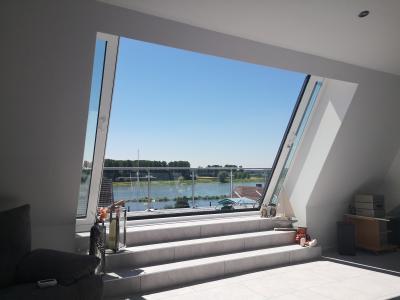 Über drei verflieste Stufen erreichen die Bewohner des umgebauten Hauses in Leverkusen-Hitdorf bequem die neue Dachterrasse, um den wunderschönen Ausblick auf den Rhein zu genießen, Foto: LiDEKO, Daniel Lüdeke