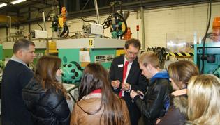 Peter Gehre, Leiter Konstruktion, erklärt die WISKA Spritzgieß-Fertigung am Standort in Kaltenkirchen
