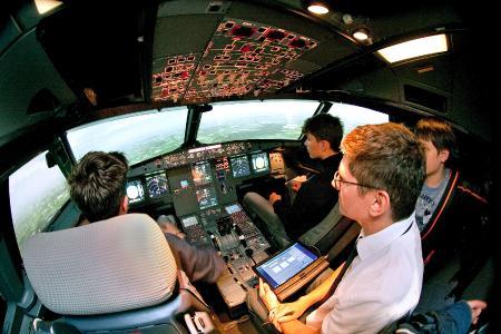 Flight Kids und Instructor im Airbus A320 Originalcockpit.
