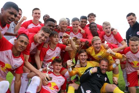 Smiling faces and a reason to celebrate – this year's BITZER Cup goes to FC Red Bull Salzburg for the third time in a row