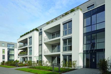 Die Fenster spielen einen zentrale Rolle bei der Komfortausstattung und Fassadengestaltung: Bodentiefe, motorisch und passiv belüftete Fenster mit Dreifach-Isolierverglasung (Schüco Corona SI 82, kombiniert mit Schüco VentoTherm und Schüco VentoAir) und motorischer Außenbeschattung