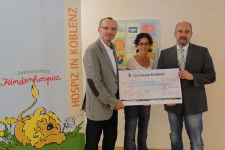 v.l.n.r: Stephan Bales, Katja Masendorf vom ambulanten Kinderhospiz in Koblenz, Ralf Hoffmann, Vorstandsvorsitzender der GÖRLITZ AG in Koblenz