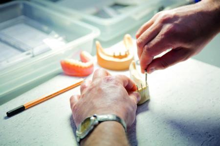 Insertion von Mini-Implantaten am Übungsmodell (Foto: 3M)