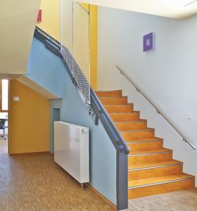 Kinderhaus Bergstraße in Rosbach: Sonnig und fröhlich wirkt die Farbkombination im Altbautrakt des Kinderhauses. Hier fühlen sich die Kids wohl, Foto: Caparol Farben Lacke Bautenschutz