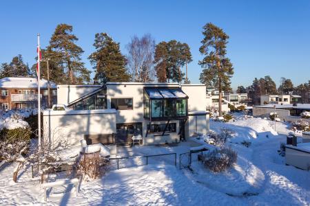 Der Wintergarten ist vor das 1. OG des Haupthauses gesetzt; die Lasten werden über schräge Stützen auf die Grundmauer abgetragen (System Schüco CMC 50 mit SageGlass® Blau im Dachbereich), Foto: Adam Stirling, Norwegen