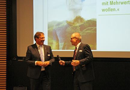 (Von links nach rechts:) Jürgen Hoffmann, Leiter Marketing und Vertrieb Fenstersysteme für Zentraleuropa, und Joachim Plate, Chief Marketing Officer bei REHAU, stellten das richtige Handwerkszeug für eine gelungene Zielgruppenansprache vor