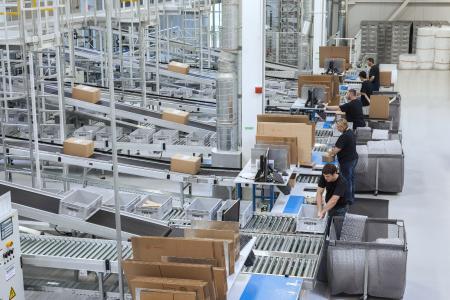 An acht Pick- und Pack-Arbeitsplätzen werden fast 20.000 verschiedene Artikel kommissioniert / Foto: WITRON