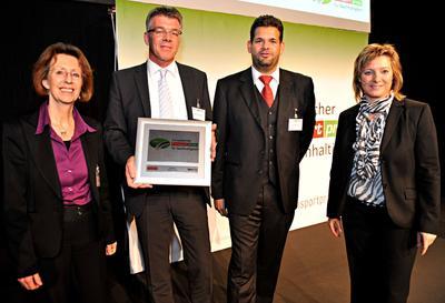 Heiko Janssen (Transics) empfängt den Europäischen Transportpreis für Nachhaltigkeit 2012 von Jury-Mitglied Sylvia Hladky Leiterin Verkehrszentrum und Hauptabteilung Landverkehr, Deutsches Museum (links), Verleger Christoph Huss und Huss-Verlagsleiterin Dr. Petra Seebauer (rechts)