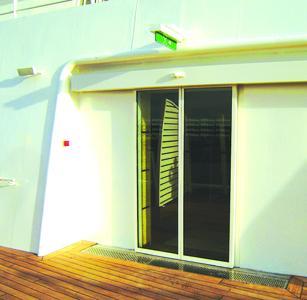 Automatische Schiebetüren als Zugang zu den Decks mit spezifisch auf die Marine-Verkehrstechnik ausgelegten Türantrieben von GEZE
