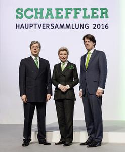 Supervisory Board Chairman Georg F. W. Schaeffler, shareholder Maria-Elisabeth Schaeffler-Thumann and Klaus Rosenfeld, CEO at the Annual General Meeting of Schaeffler AG (from left)