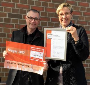 Anja und Willi Kamann freuen sich über den Innovationspreis-IT. Die unabhängige und hochkarätige Jury hat die Business-Software McBüro zum IT-Sieger für das Land Schleswig-Holstein ernannt