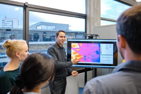 Prof. Dr. Sebastian Feldmann untersuchen im Forschungsprojekt IQ-Control, ob sich durch den Einsatz von intelligenten Sensoren die Verschwendung durch fehlerhaft produzierte Rohteile vermeiden lässt, Bildhinweis: © Hochschule Aalen / Jan Walford