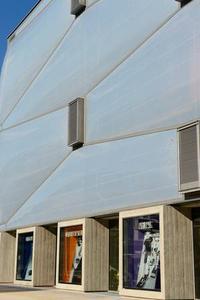 Ein pneumatischer Druck wölbt die Folien hergestellt aus 3M Dyneon Fluoroplastic ETFE nach außen. Dadurch erhält die Fassade eine flexible dreidimensionale Form, die an Wolken erinnert. Copyright: ©ROXIM