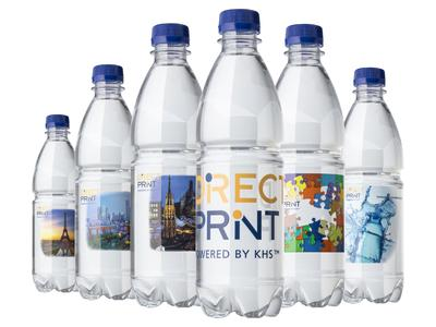 Digital printings are jetted by specifically implemented print heads to bond to the untreated PET bottle surface, yet are approved for PET bottle-to-bottle recycling.