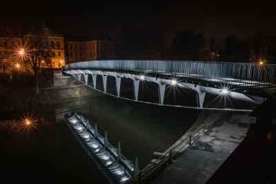 Die Brücke wurde als räumlich steifer Dreigurtträger mit konsequenter Teilung auf druck- und zugbelastete Teile ausgeführt (Bild: Tomáš Vojtíšek)